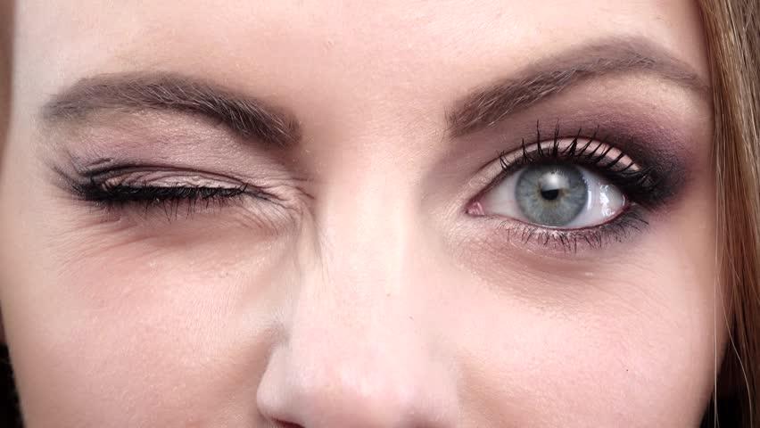محافظت از چشم در برابر نور گوشی با پلک زدن مداوم
