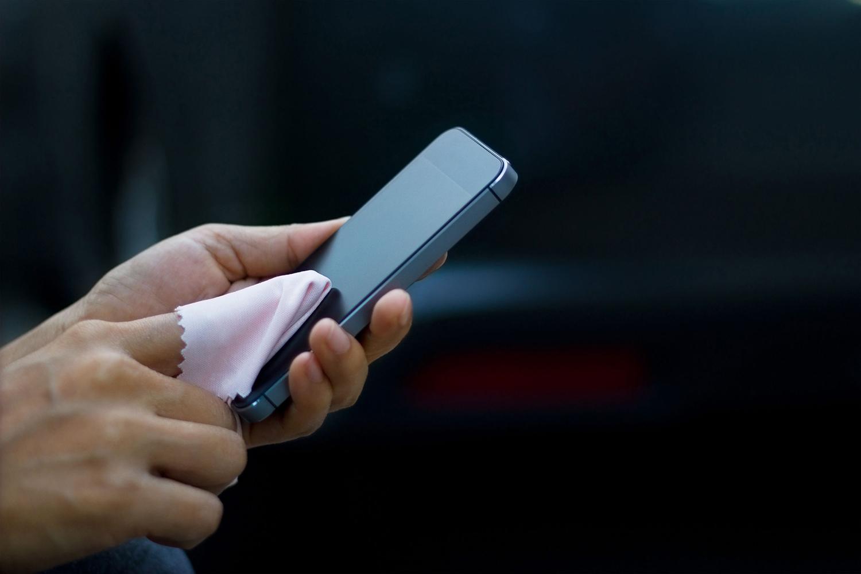 محافظت از چشم در برابر نور گوشی با تمیز کردن صفحه نمایش گوشی