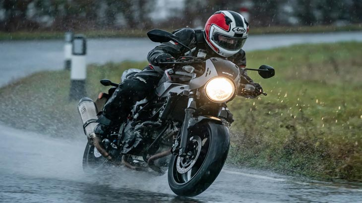 tip-electric-motorcycle-in-rain