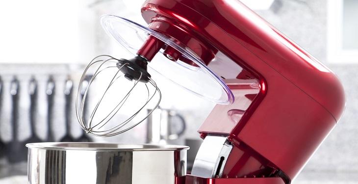 استفاده از همزن برقی در آشپزخانه